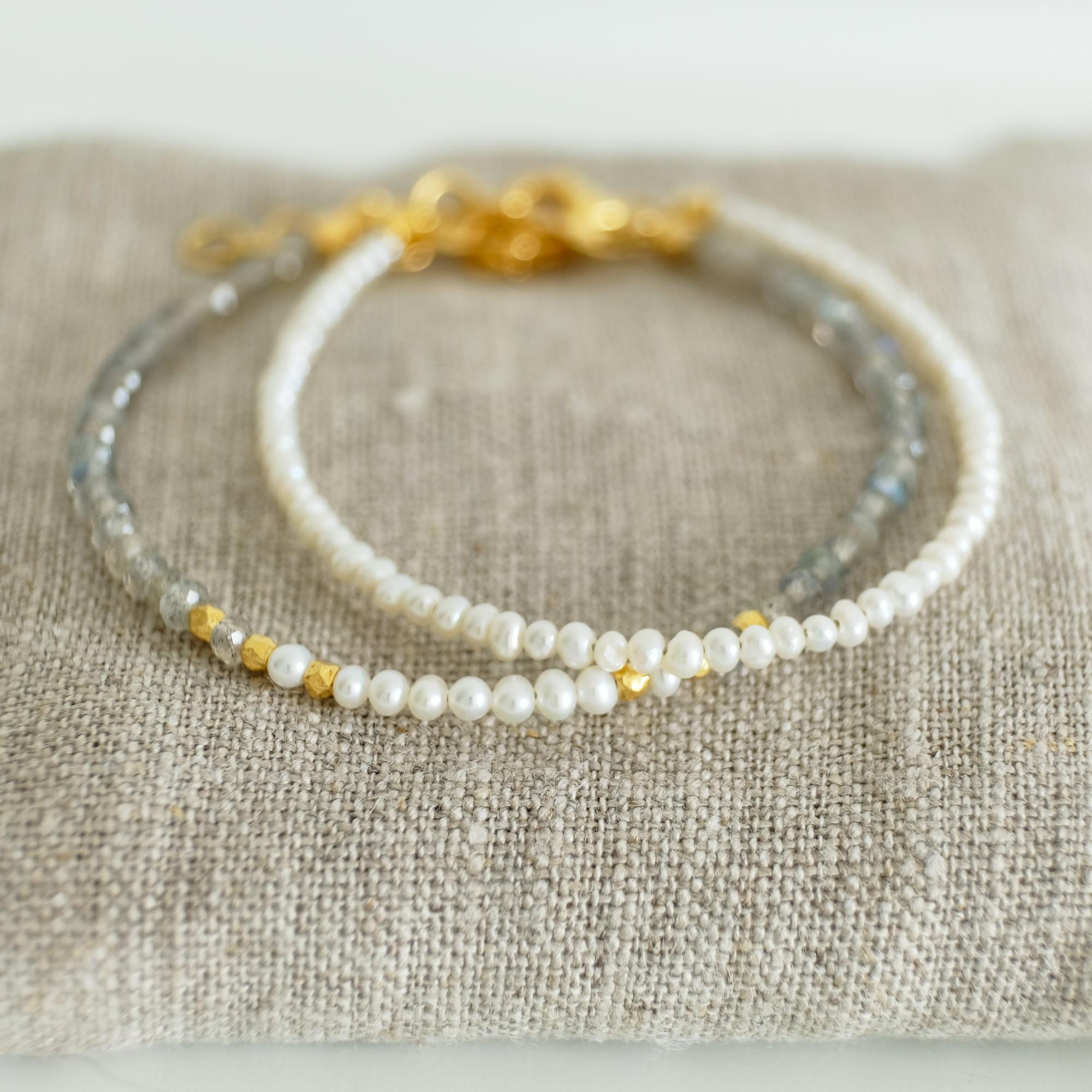 Armbånd med små hvide perler 3 mm, sølv el. forgyldt sølv