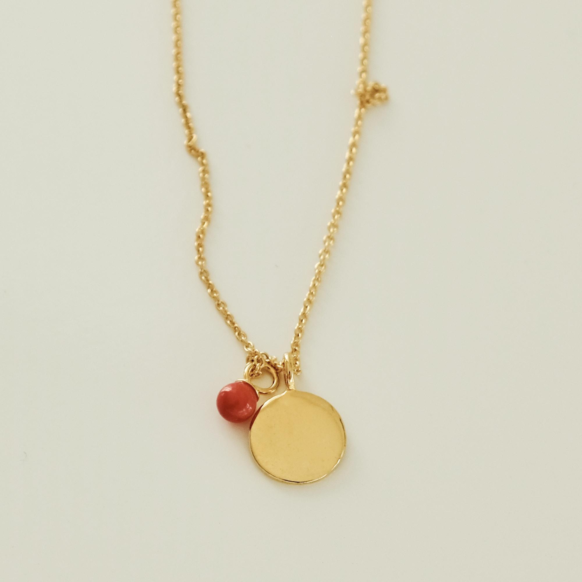 Halskæde med mønt og vedhæng af rød sea bamboo, forgyldt sølv