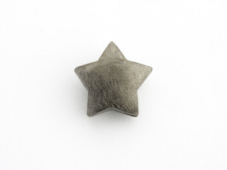 On Wire lås stjerne 17,5 mm ridset sort rhodineret sølv