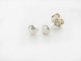 Sølv ørestik knap 4-4,5 mm hvid ferskvandsperle